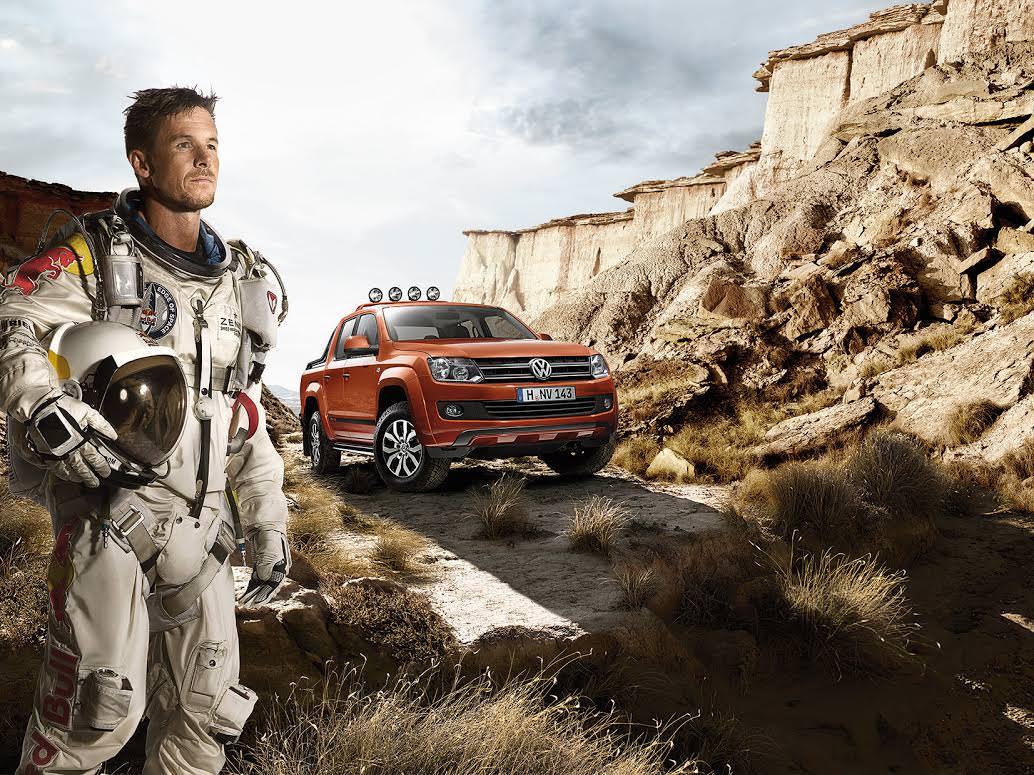 Dupa ce a sarit din spatiu cu parasuta Felix Baumarten promoveaza VW Amarok 2014